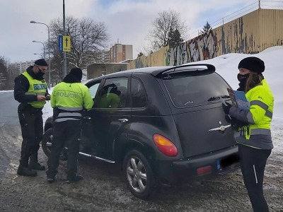 Policisté kontrolovali rychlost a upozorňovali řidiče na zimní rizika
