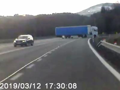 Řidič kamionu přejížděl v Rychnově u Jablonce do sjezdu v protisměru