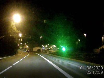 Žena v Tanvaldě oslnila policejní auto laserem, má pokutu a ujel jí vlak