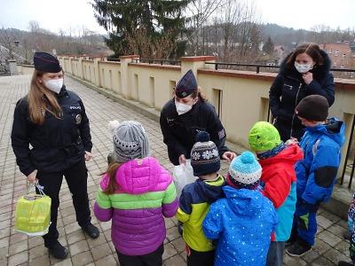 Policisté potěšili děti záchranářů, policistů, hasičů i státních úředníků