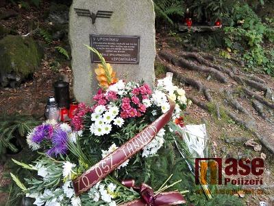 Na výročí spálovské tragédie byl pomníček zasypán květinami