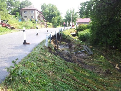 Pondělní přívalový déšť těžce poškodil mnoho krajských silnic