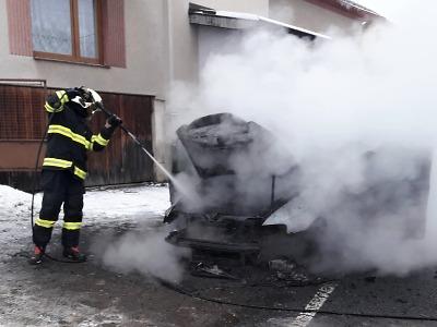 Krajští hasiči ve Frýdštejně hasili požár auta