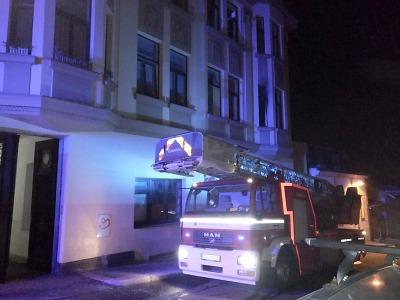 Hasiči zachránili z hořícího bytu v Jablonci dvě osoby