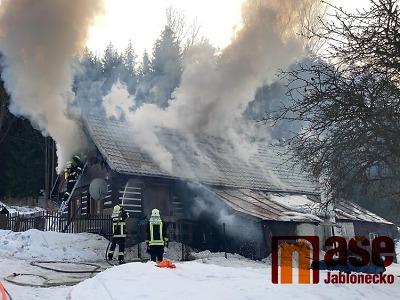 FOTO: Hořela chalupa na Smržovce, hasiči nasadili i zařízení Cobra
