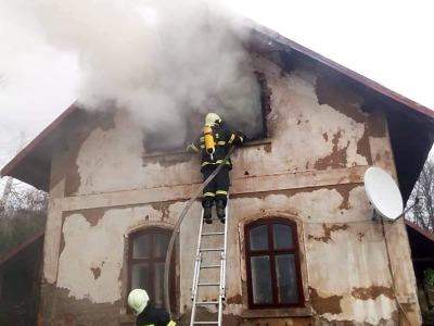 Hasiči zasahovali při požáru rodinného domu v Držkově