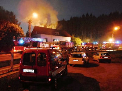 Hořel rodinný dům v Lučanech. Hasiči vyprostili muže a ženu