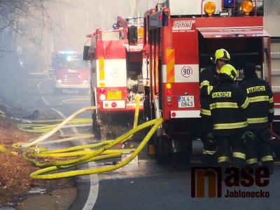 Hasiči zasahují při požáru lesa v Horské Kamenici u Železného Brodu