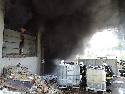 Hasiči zasahovali u požáru přečerpávací stanice mazutu v Semilech