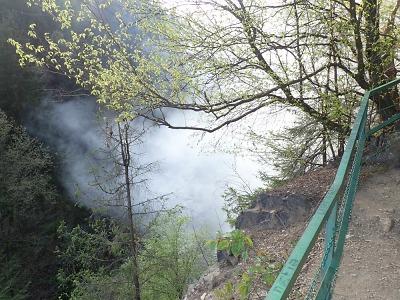 Při požáru na Riegrově stezce pomáhal i vrtulník s bambivakem
