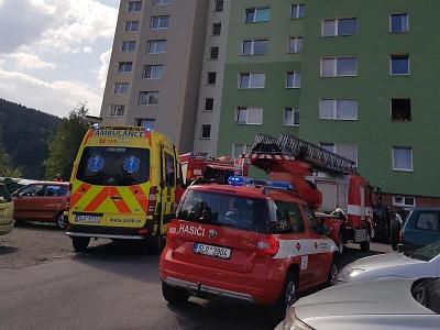 U požáru paneláku v Tanvaldě zasahovalo sedm jednotek hasičů