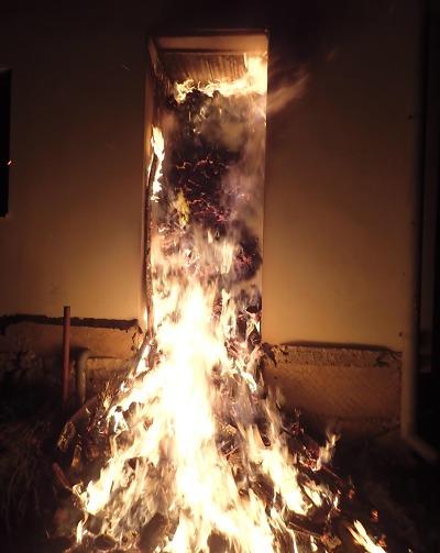 Hasiči zasahovali u požáru přístřešku na dřevo v Jenišovicích