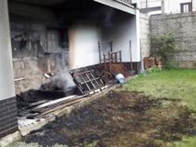 Hořela sedačka pod balkonem rodinného domu v Jablonci