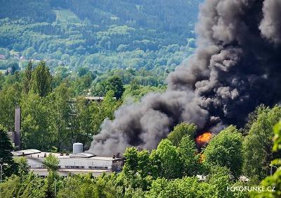Černý dým stoupal nad Liberec. Požár zachvátil areál Severochemy