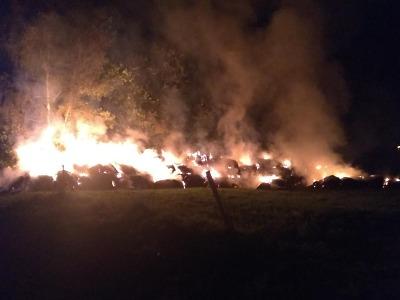 Ve Vratislavicích nad Nisou hoří desítky balíků slámy