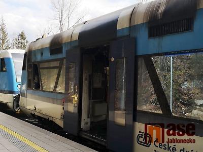 VIDEO: V Harrachově hořel vlak, provoz na trati byl přerušen