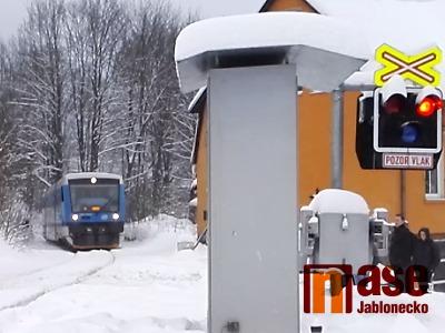 Při střetu s vlakem na přejezdu v Tanvaldě zemřela žena