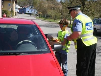 Při akci Řidiči jezdi bezpečně opět pomáhaly strážníkům jablonecké děti