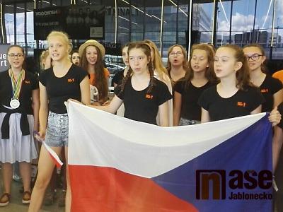 VIDEO: Přivítání sboru Iuventus, Gaude! na pražském letišti