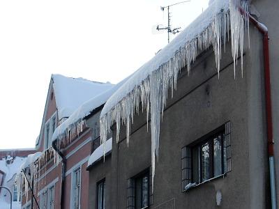 Na střechách nejen v Jablonci zůstávají nebezpečné rampouchy