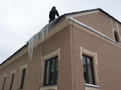 Dávejte pozor na střechy, padají rampouchy