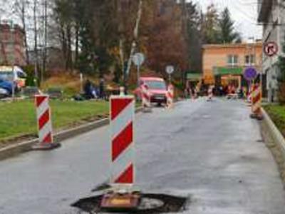 Při rekonstrukci silnice v areálu nemocnice je omezeno parkování i průjezd