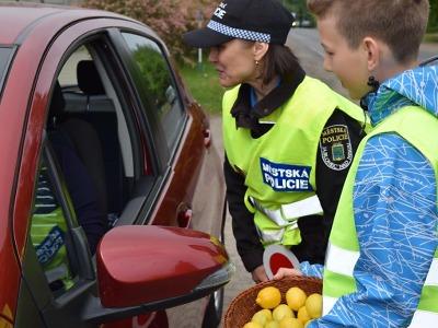 Jablonečtí řidiči dostávali jablka a citróny