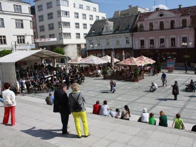 Hudební dua na Mírovém náměstí, swing v Tyršově parku