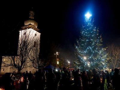 Obrazem: Rozsvícení vánočního stromu v Bozkově 2019