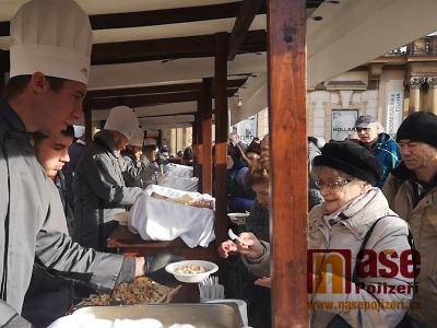VIDEO: Rybí polévka na Staromáku pod vánočním stromem ze Semil