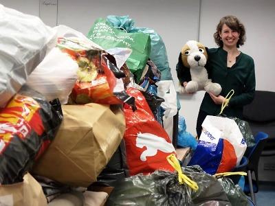 Sbírkou šatstva opět pomohli krajští úředníci lidem v nouzi