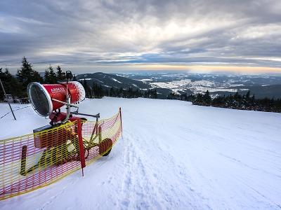 Lyžařské areály se před vánočním víkendem naplno rozjely