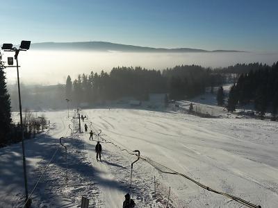 Lučanský ski areál U Pily láká rodiny na pěkné lyžování bez front