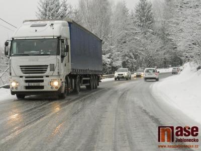 Situaci na jabloneckých silnicích i celém kraji komplikuje nový sníh