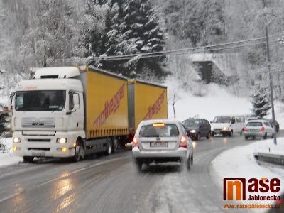 Silnice na Harrachov je pro kamiony kvůli sněhu uzavřena