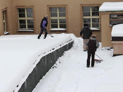 V Jablonci už napadlo 83 cm sněhu. Lidé vyhazují sníh na uklizené ulice