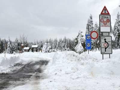 Sníh zmizel, silnice kolem přehrady Souš je průjezdná