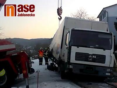 Vlak na přejezdu ve Vratislavicích smetl náklaďák, škoda je 25 milionů