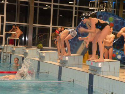 Bižuterie pořádala veselé předvánoční plavání