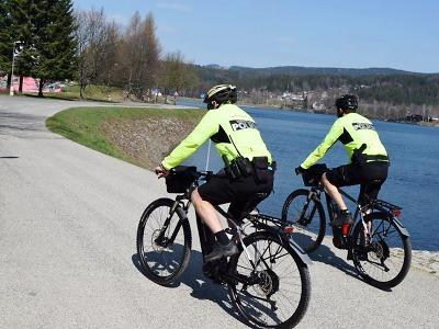 Cyklohlídky městské policie vyrazily kolem jablonecké přehrady