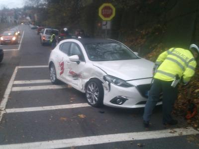 Na křižovatce jabloneckých ulic Skřivánčí a Vodní se srazila dvě auta