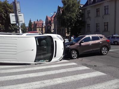 Po nedání přednosti se na jablonecké křižovatce střetla dvě vozidla