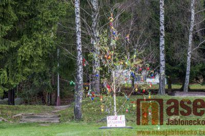 V Josefově Dole na návsi vyrostl strom plný jaternic a vajec