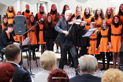 Setkání živelných muzikantů na nádvoří libereckého hospice
