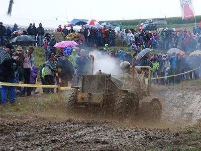I přes déšť dorazilo na traktory do Bozkova dva tisíce diváků