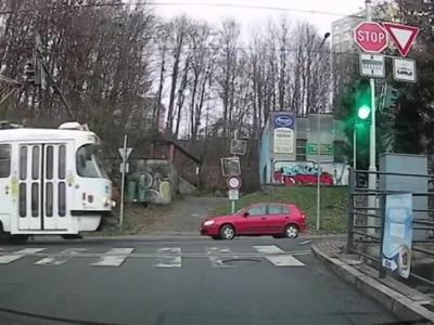 Video: Semafor v Jablonci svítil zeleně před průjezdem tramvaje