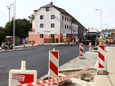 Nádražní ulice v Turnově dostala v okolí viaduktu finální koberec