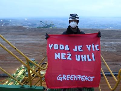 Greenpeace blokuje rypadlo v dole Turów. Nechce prodloužení těžby