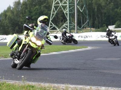 Padesátka motorkářů se učila přežít na autodromu v Sosnové