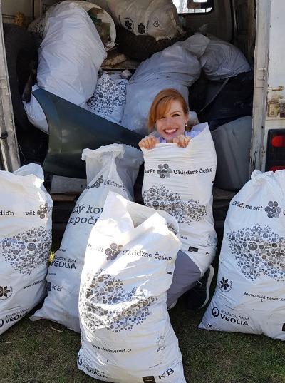 Dohromady sebrali dobrovolníci o víkendu přes tisíc tun odpadů